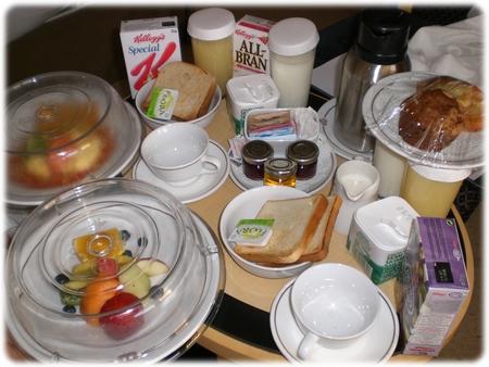 qm2-breakfast-in-stateroom3l.jpg