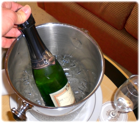 qm2-champagne3l.jpg
