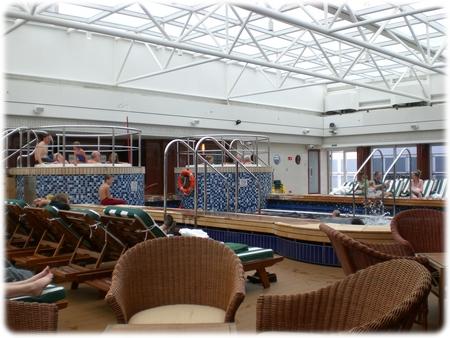 qm2-deck-12-pavilion-pool-3l.jpg