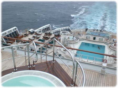 qm2-deck11-whirl-pool-3l.jpg