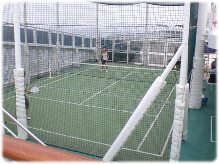 qm2-deck13-paddle-tennis-3l.jpg