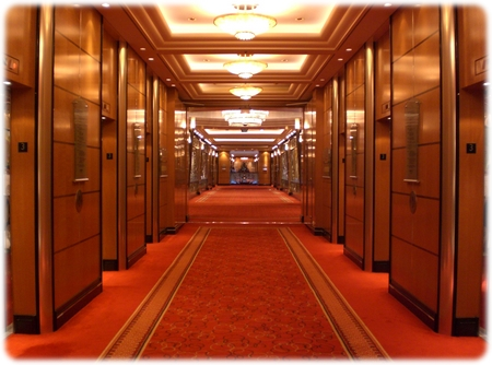 qm2-hall-3deck3l.jpg