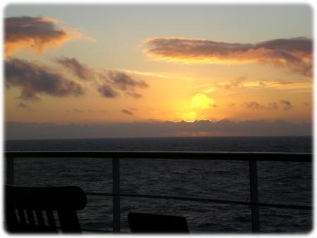 qm2-portside-sunset-07-23-07-3l.jpg