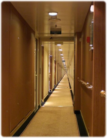 qm2-stateroom-hallway3l.jpg