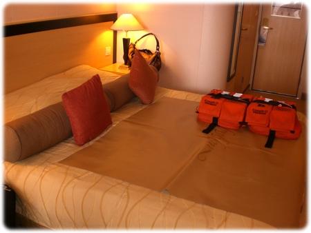 qm2-stateroom-king-size-bed3l.jpg