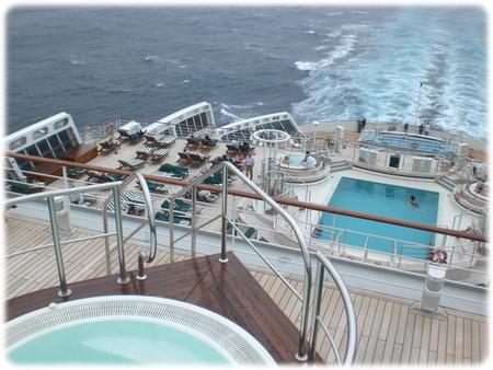 qm2-deck11-whirl-pool-3l.jpg