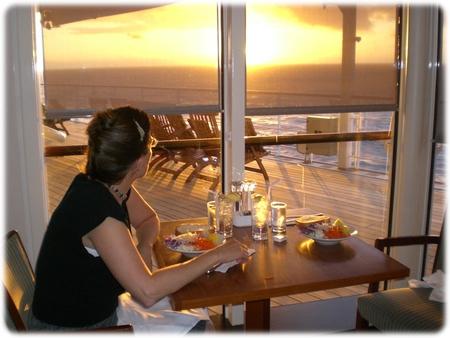 qm2-dinner-portside-sunset-07-23-07-3l.jpg