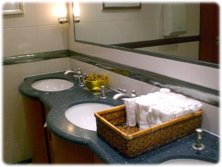 qm2-restroom-kings-court3-3l.jpg