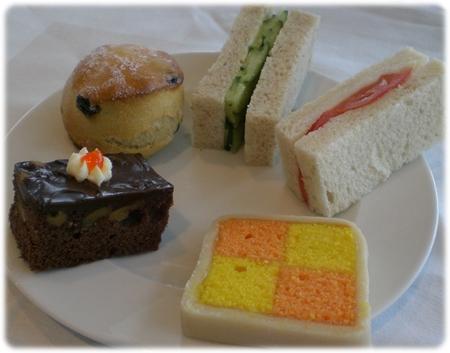 qm2-sandwich-and-cake-3l.jpg