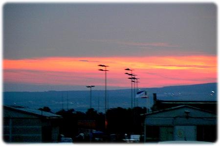Den klassiske solnedgang i Varna lufthavn Bulgarien